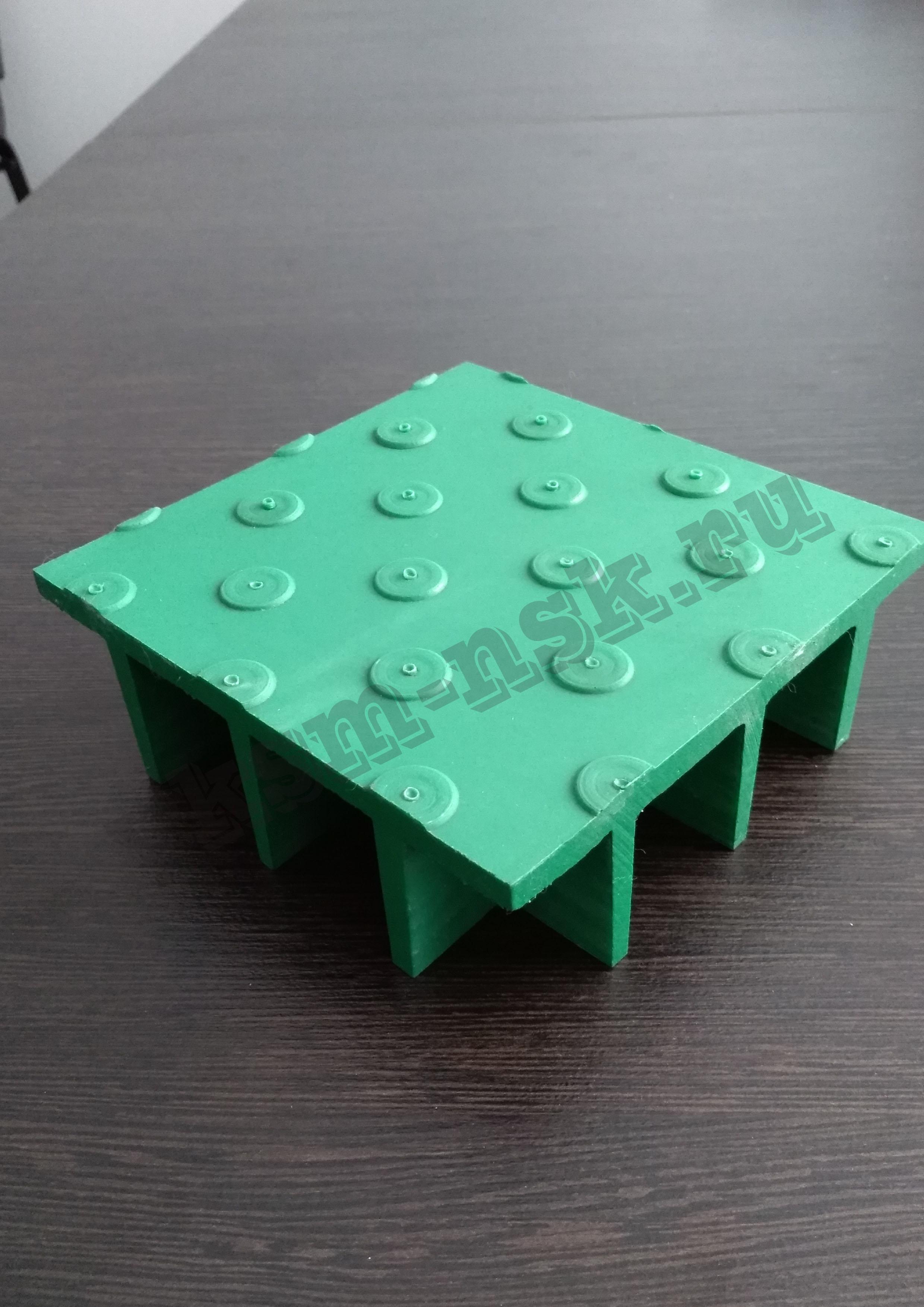 Композитный решетчатый настил с закрытой рифленой поверхностью